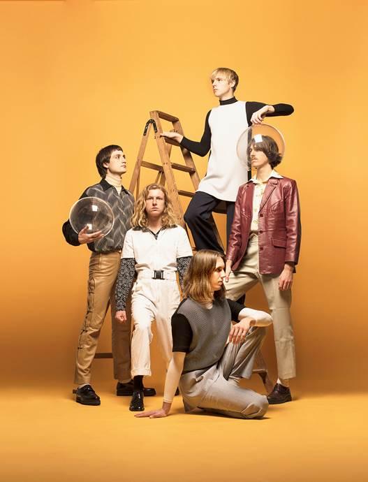 Video // Parcels bringen den Sommer mit neuer Single Tieduprightnow zurück